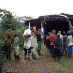 Am Abend bringen die Pflücker ihre Kaffeebohnen zum Wägen. Sie erhalten pro Kilogramm 20 Rappen. Hier sind es zwischen 60 und 70 kg