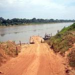 Brücken gibt es keine, dafür eine Fähre. Sie bringt uns sicher ans andere Ufer des Rio Beni