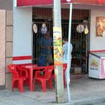 Gewöhnungsbedürftig. Einkaufen durch die Gittertür in Bolivien