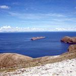 Das tiefe Blau des Titicacasees beeindruckt uns sehr