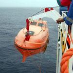 Rettungsbootübung der Crew auf dem offenen Meer