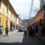 Hier fährt Peter mit dem Duro durch, auf der Suche nach einem Parkplatz in Ayacucho, den wir im Innenhof einens Hotels finden