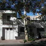 In Mendoza sind die meisten Häuser vergittert und oft zusätzlich mit Stacheldraht gesichert.
