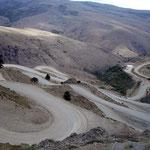 """Nach sanftem Aufstieg auf den argentinischen Pass """"Bajada de Rahue"""", ging es recht steil hinunter"""