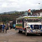 Chivas, offene Busse mit Holzbänken und schön bemalt, sind auf dem Land in Kolumbien verbreitet
