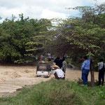 Der Fluss in der Tatacoa-Wüste führt nach dem Regenfall Hochwasser. Nach 1,5 Std. warten senkt sich der Wasserstand und der Furt ist wieder passierbar