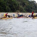 Goldgräber bei ihrer aufwendigen Suche im Rio Napo