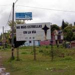 In Kolumbien machen sie schwarze Kreuze auf die Strasse bei Verkehrstoten. Hier Plakat zur Verhinderung von Strassenunfällen