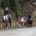 Diese zwei Frauen haben wir auf unserm Weg drei Mal gesehen, sie machen den Weg von Santa Cruz bis San Carlos de Bariloche mit drei Pferden und dem Hund