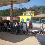 Wenn es auf dem Land in Bolivien Treibstoff gibt, bilden sich oft lange Schlangen. 2-3 Stunden anstehen ist keine Seltenheit