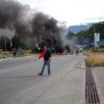 Die vier Stunden an der Blockade im chilenischen Coyhaique finden wir schon lange. Da wissen wir noch nicht, dass es deswegen in der ganzen Stadt eine Woche lang keinen Treibstoff gibt