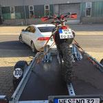 KTM auf absenkbarem Anhänger