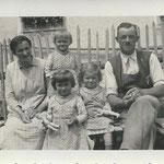 Johann und Josefa mit ihren Kindern Maria, Klara und Anna