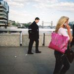 ロンドンの橋を通行する地元の方