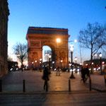 これは16eの夕暮れ、凱旋門がステキに撮影出来ました、絵になるわね