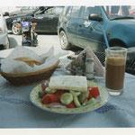 これがグリークサラダ、ナクソスのホテルの近くのタベルナ、オヤジが釣ってきてくれた魚フライとともに