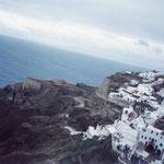 これがサントリーニ島のイアの景色、メジャーな場所で世界のアーティストも住み着いてるね