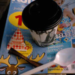 コーヒーと雑誌、物価は高いが雑誌は安いものもある、これはお得なお値段なので記念に買った