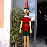 ピノキオ、カフェの前に居たw