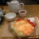 ここは有名なレストランのトンジーのマンゴーフルーツアイス、ご飯系もあり美味しい