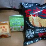 香港パクリ菓子wこれは焼きもろこし風w味は美味しい、後は豆乳、味の種類多い、これはマンゴーとジンジャーね