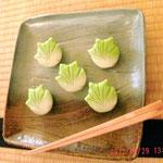 本日の和菓子は春から初夏にかけての季節感ある楓の練りきり、しずくも付いててカワイイ、こしあんで上品な甘さ