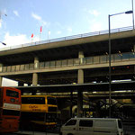 香港の空港のバスのりば、これで街まで30分以上ドライブね