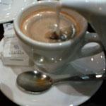 トロカデロのお気に入りのカフェのアンカフェノアゼット、ここのはミルクがたっぷりで良いね♥