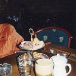 これはクレタのカフェ、お菓子のトレイがオマケにつく、全部は食べなかったよw
