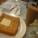 香港版フレンチトースト、揚げパン風で、バターのっている、お好みでシロップね