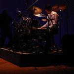親子競演で初期のベンチャーズの大ヒット曲を熱演する トモチン中村