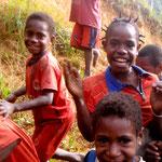 Die Kinder aus Kwerba freuen sich über Astrid Roenigs Besuch.