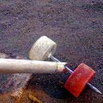 """Radachse zum """"Treiben"""" aus einem Nagel und 2 PET-Schraubverschlüssen, Madagaskar"""