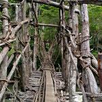 Hängebrücke, gänzlich aus Naturfasern gefertigt