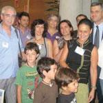 28 de julio.  Vecinos de Vicálvaro presentan firmas en la Asamblea para reclamar el incremento de dotaciones educativas (foto: Distrito 19)