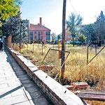 noviembre. Vallado abandonado en el solar del INFIVAS en la calle San Cipriano (foto: El Distrito)