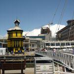 Ein der Brücken, die wir bei der Einfahrt in die Marina passieren mussten, V&A Waterfront, Kapstadt