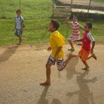 Kinder in Tonga rennen unserem Ausflugsbus nach