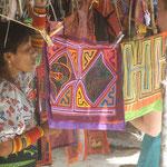 Eine Kuna verkauft die traditionellen Molas