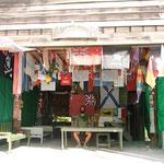 Tom und Waschi in der Hütte von Tom Neale mit Flaggen aus allen Herren Länder