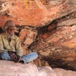 Tommey, unser Guide im Kakadu Nationalpark, mit Aboriginie-Malereien