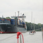 Grosse Frachter und kleine Segelschiffe im Nord-Ostsee-Kanal