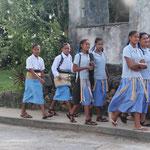 Tongaische Schulkinder in ihrer Uniform (mit der traditionellen Bastmatte)