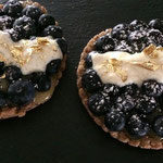 Lemon curd and blueberries tartlets