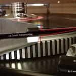 Hier ein Beispiel aus meiner Praxis: eine verformte LP mit ca. 5mm Höhenschlag! Der Höhenschlag war so stark, sodass die LP-Oberfläche die Abtastnadel bei angehobenen Lift erreichte.