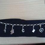 Meine neuen Schmuckanhänger machen sich schön am Armband: Der Umriss von Irland und von Tesa das Herz mit dem grünen Kleeblatt drin! :-)