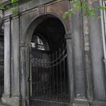 riesige Gräber auf dem Greyfriars Friedhof inmitten der Stadt