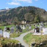 Der Friedhof, der die Anlage umgibt