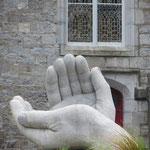 Handskulptur vor der Kirche