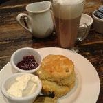 Scone & Hot Chocolate mit Marshmallows